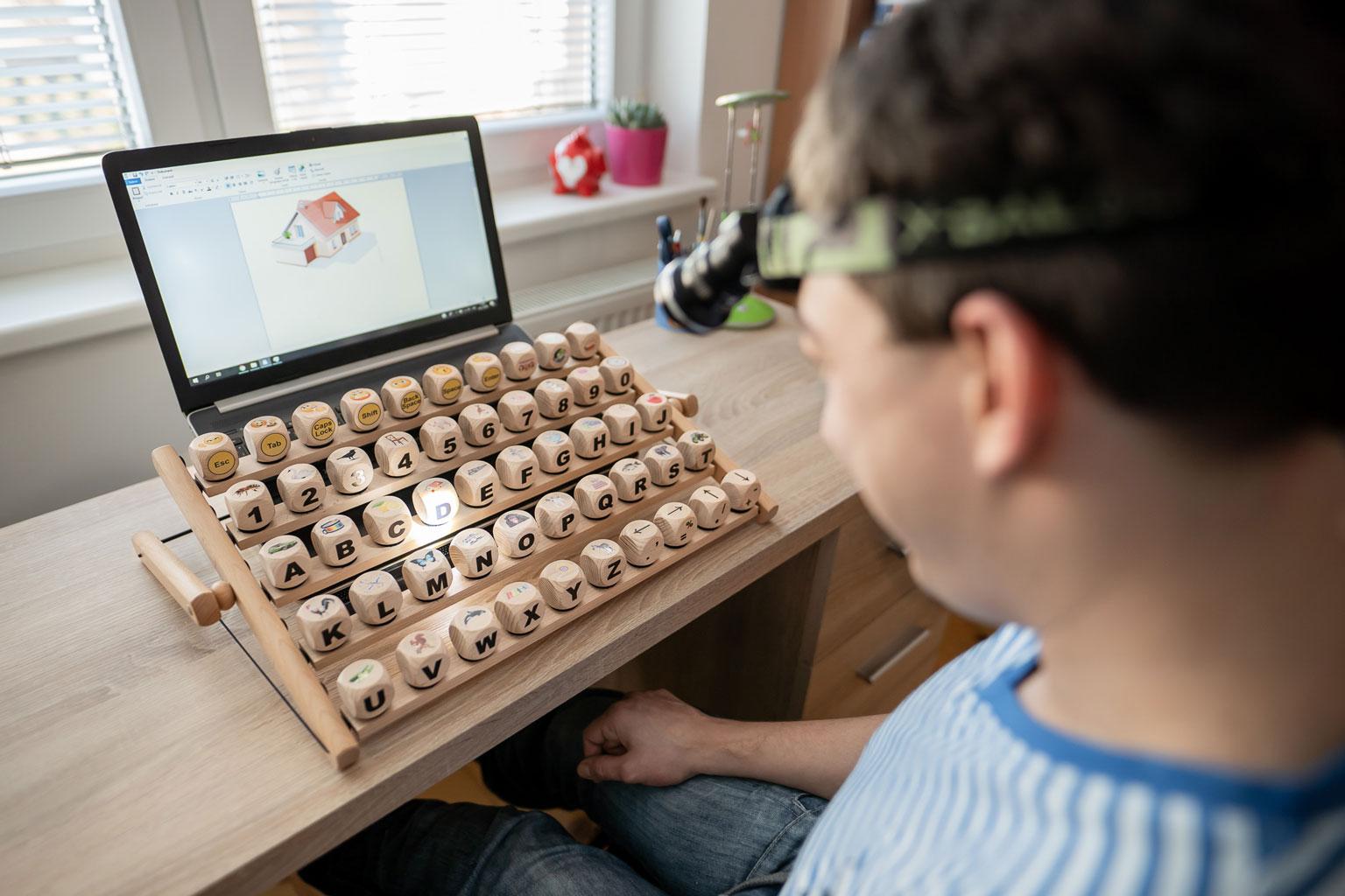 Inovatívna klávesnica umožňuje hendikepovaným jednoducho ovládať počítač